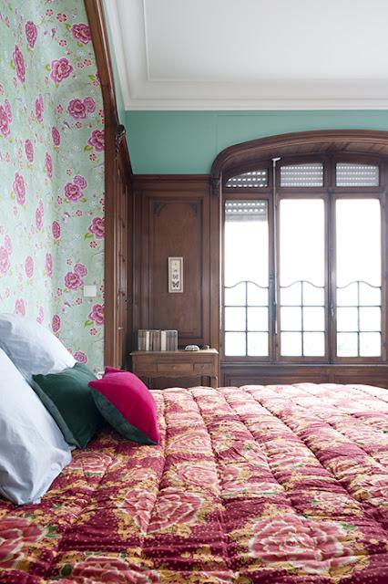 Papier peint à motif dans l'alcôve d'une chambre avec boiseries anciennes
