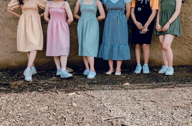 Gaya baju feminim seperti dress wajib menjadi koleksimu