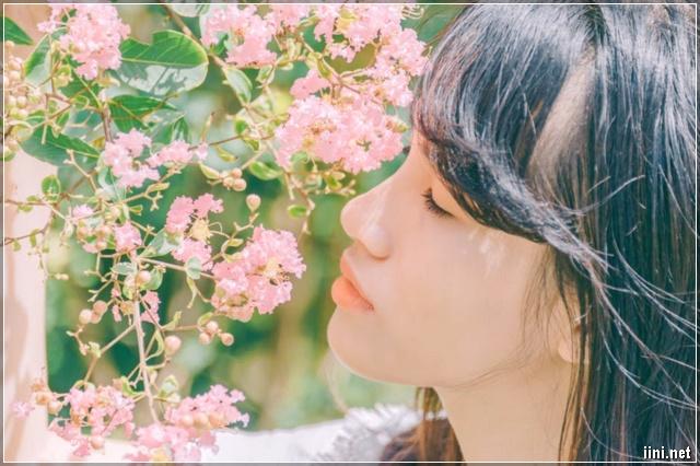 cô gái ngắm hoa với chút suy tư