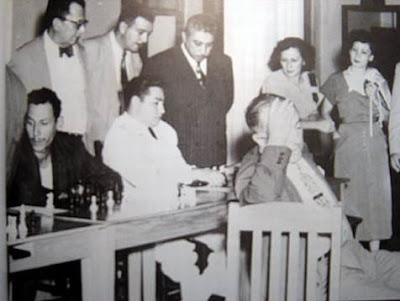 Simultáneas a la ciega de ajedrez de Miguel Najdorf en Rosario en 1943