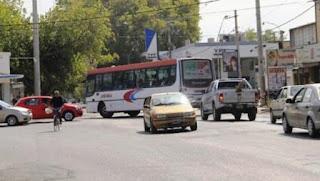 Paula y Coll, con gran tránsito de colectivos y autos hacia Rivadavia y Chimbas, es un cuello de botella en horarios pico.