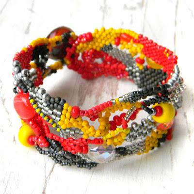 Яркий браслет из бисера - фриформ-браслет (красный / жёлтый / серый)