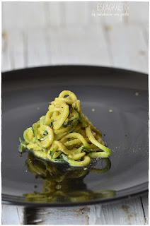 Espaguetis de calabacin con aguacate y pesto