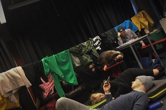 Tuo makuupussinyytti tuolla pöydän alla on Arttu
