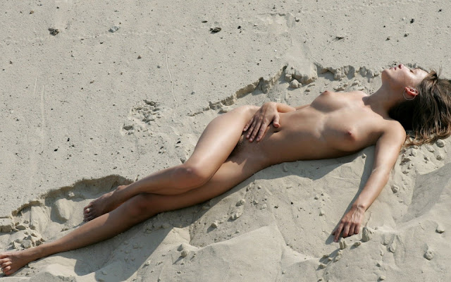 Обнаженная, девушка, красивая грудь, тело, ножки, стройная, лежит, песок, пляж, загорает