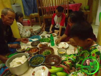 FOTO : Makan bareng Kakek - Nenek dan keluarga dengan lalap eceng sawah, kemangi, gunda, mentimun, seupan daun singkong.. ditambah sambel goang dan lotek eceng sawah plus ikan udang kali.