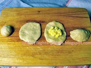 Τυροπιτάκια με αφράτη ζύμη - από «Τα φαγητά της γιαγιάς»