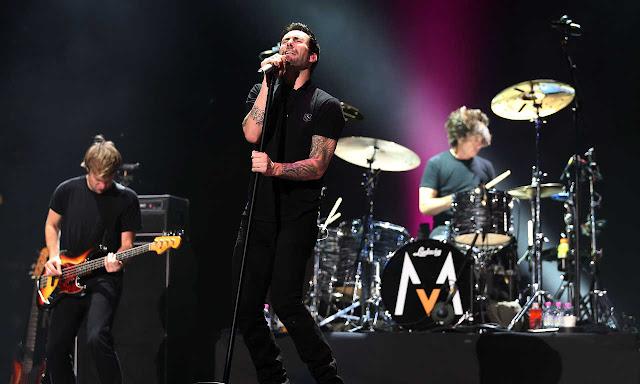 Maroon 5 presenta nueva canción en concierto.