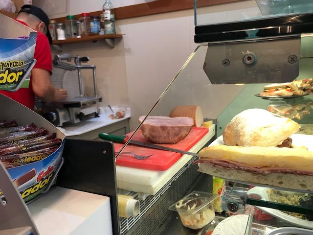 パン、ハム、チーズを切り立てで作ってくれるミラノの安いサンドイッチ