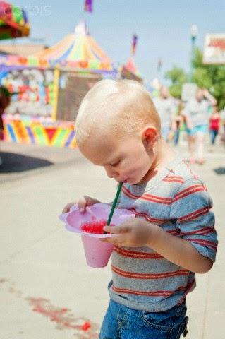 Hijo bebiendo jugo en parque