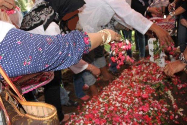 Hukum Menabur Bunga Di Atas Kuburan, Jawabannya Sangat Mengejutkan...