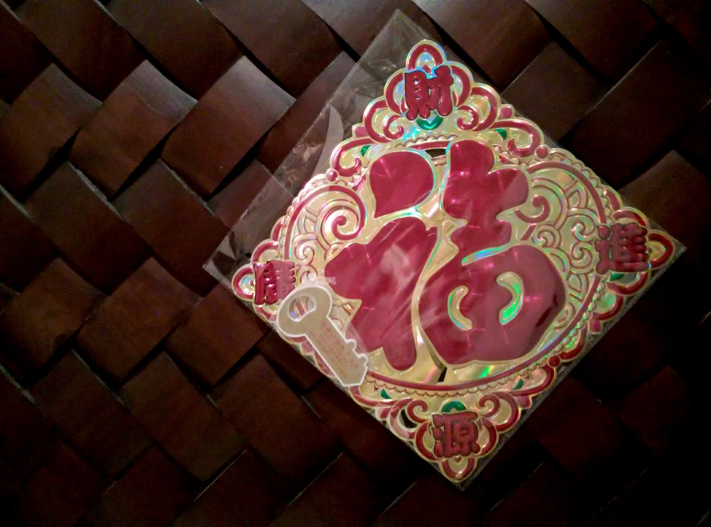 Fú de cabeça para baixo, um dos símbolos chineses da sorte e prosperidade, pendurado em uma porta