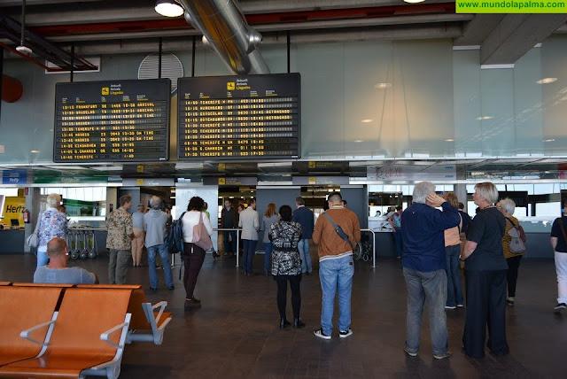 El Gobierno de Canarias establece desde hoy controles en los aeropuertos de las islas para medir la temperatura a los viajeros procedentes de la península