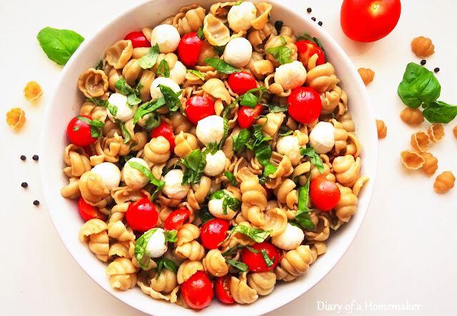 pasta-caprese -salad-summer-recipe-alfresco-dining-easy-healthy-mozzarella-balls-basil-grlic-balsamic-vinegar-black-pepper-olive-oil-Italian-recipes-