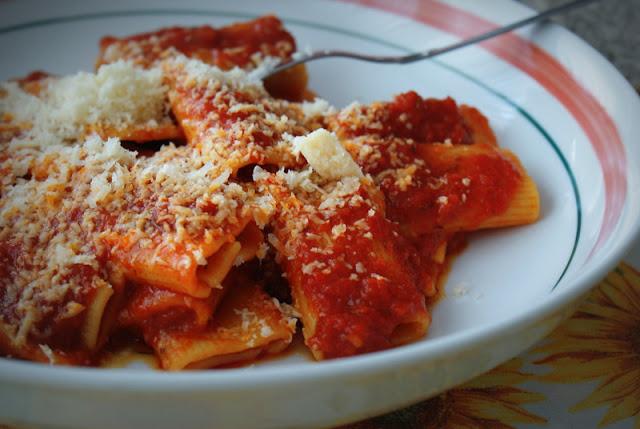 Czarna Owca,takie życie tylko w Neapolu,Makarony Polskie,pasta con la salsa, ragu,kuchnia włoska,kuchnia  śródziemnomorska,italian food,cibo italiano,