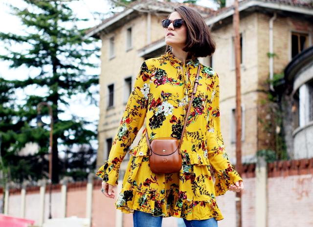 Estampado de flores y maxi botas