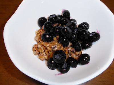 納豆に冷凍ブルーベリー