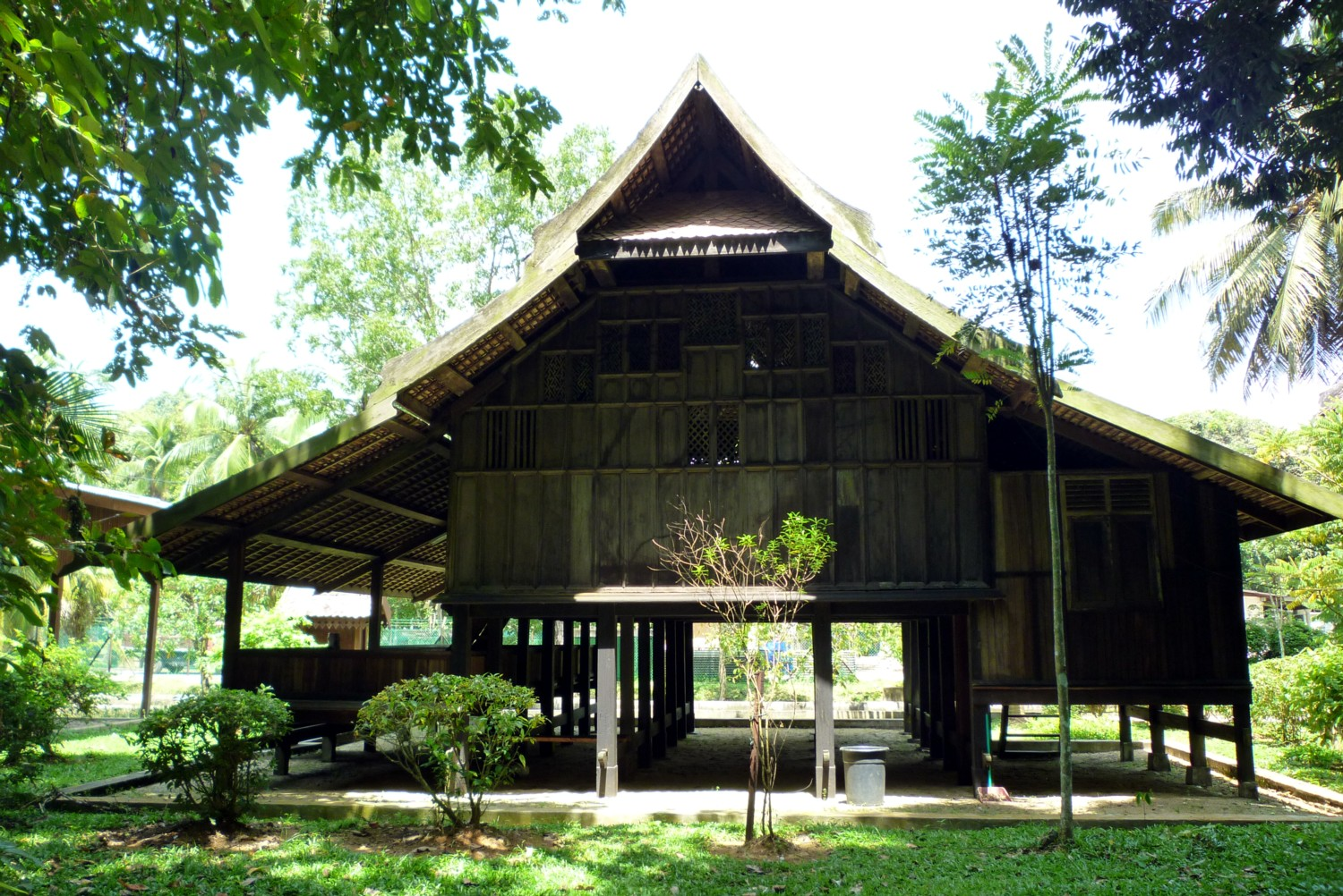 an analysis traditional malay architecture in Malay houses are traditional dwellings, originating before the arrival of foreign or  modern influences, and constructed by the indigenous ethnic malay of the malay  peninsula, sumatra and borneo traditional architectural forms, such as  tropically-suited roofs and.