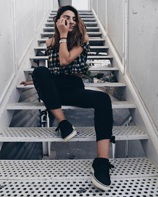 poses tumblr casuales en escalera