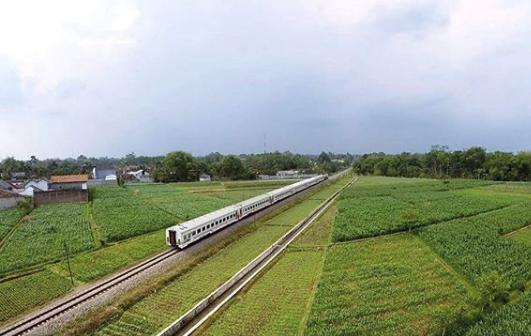 Kereta api yang melintas di belakang rumah