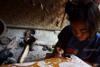 ... siswa kelas 2 SMA yang seusai pulang sekolah atau siang hari  kegiatannya membatik  ). dia mengaku kalau dia sedang belajar batik e6cd82112c