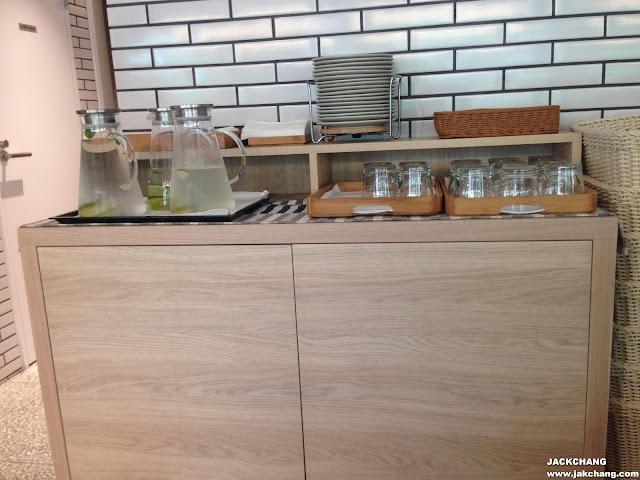 自行取用餐具與飲用水
