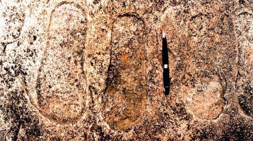 Huellas gigantes grabadas en roca india