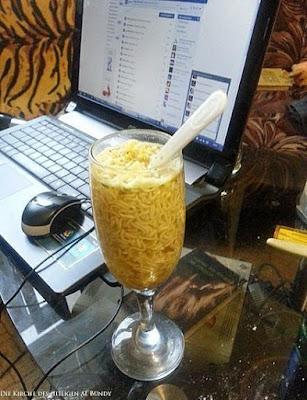 Am Computer Frühstücken Nudelsuppe im Weinglas lustig