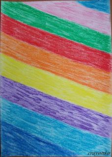 kartka pokolorowana w poprzeczne pasy kredkami świecowymi