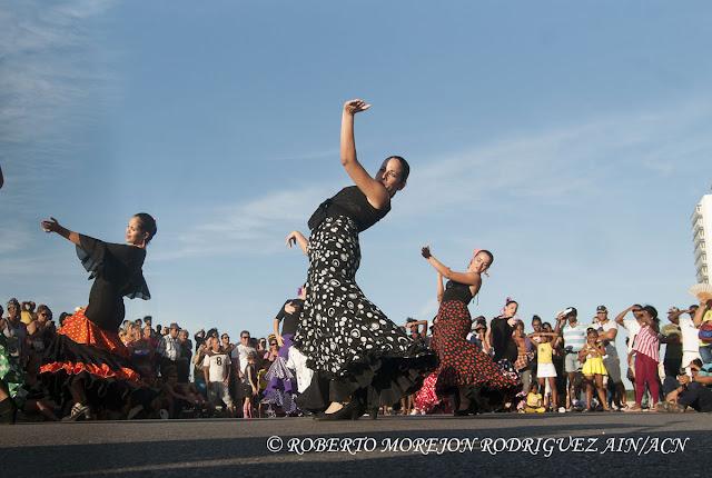 Presentación de la Compañía Flamenco Ecos durante la realización de un pasacalles en el marco del XVI Festival Internacional de Teatro de La Habana, en el Malecón de la capital de Cuba, el 25 de octubre de 2015.