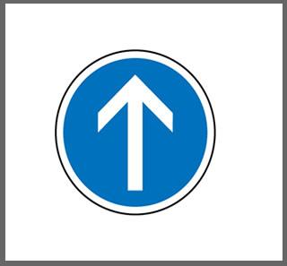 Direction obligatoire à la prochaine intersection : tout droit