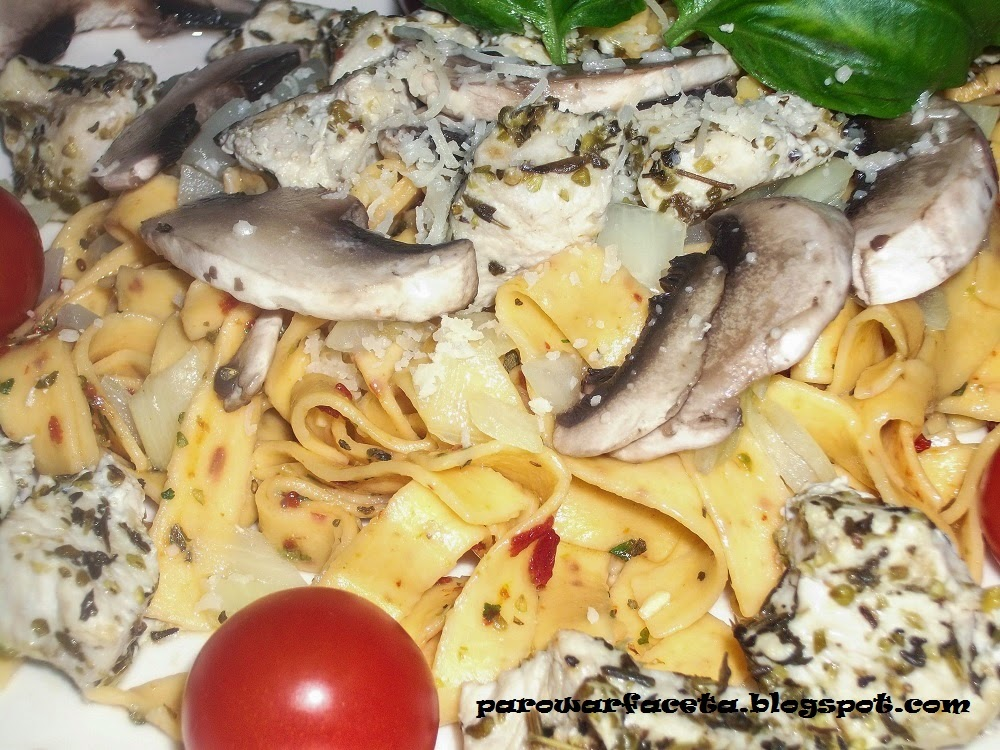 makaron z kurczakiem i warzywami na parze