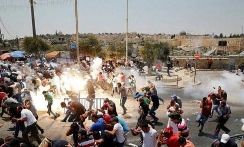 Polisi Israel Berondong Umat Islam Yang Sedang Shalat di Masjid Al Aqsa, Ini Foto-foto Dan Videonya