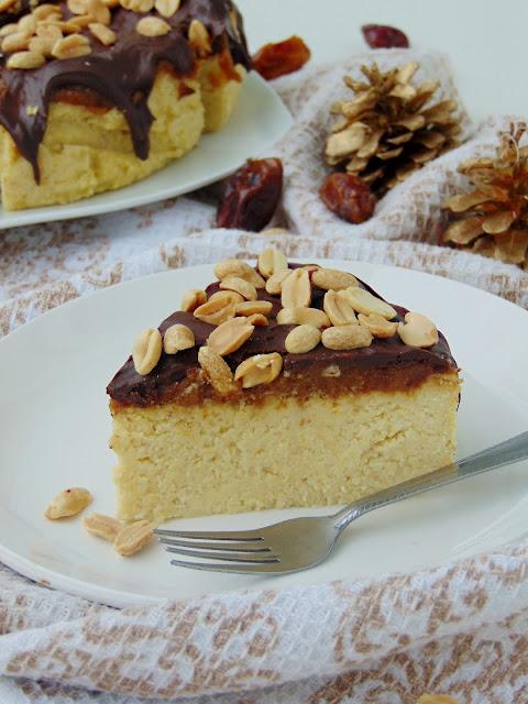 Sernik jaglany z karmelem, orzechami i czekoladą
