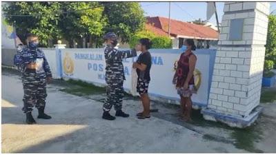 TNI-AL Bagi-bagi Masker Gratis di Wilayah Perbatasan