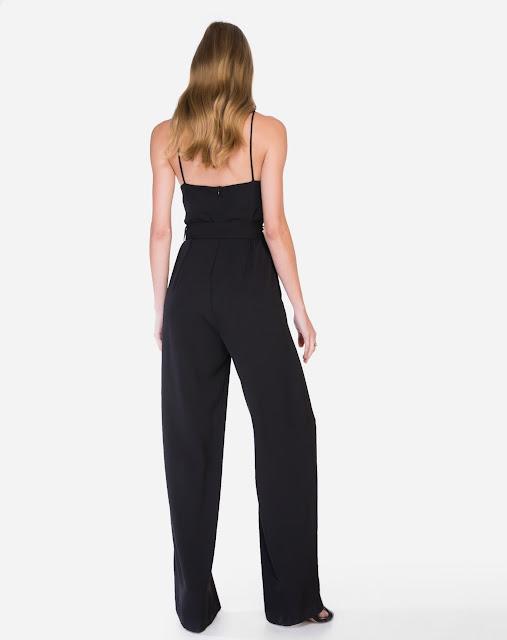 Macacão possui decote v profundo, calça estilo pantalona e cinto removível na cintura com maxi fivela
