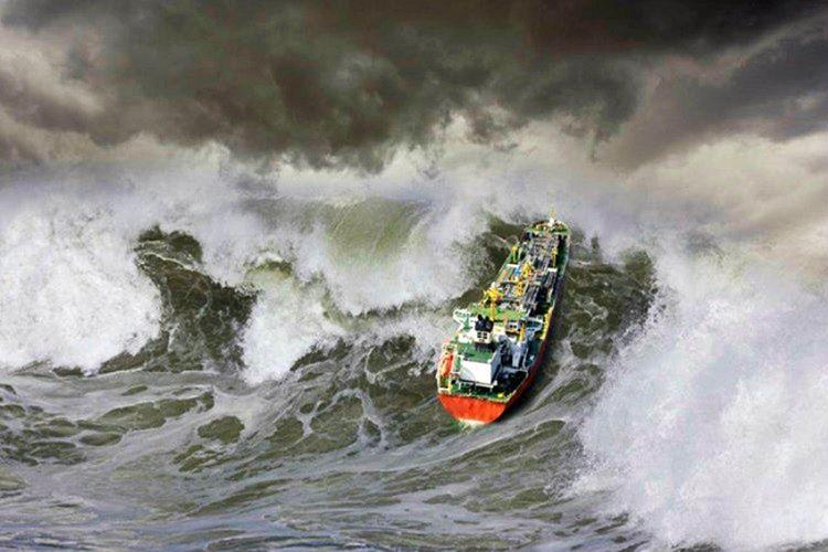 Okyanus büyük boy, lüks bir Cruise gemisini devirmek üzereydi.