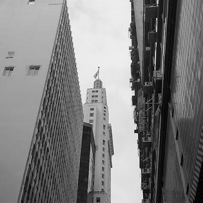A bandeira de São Paulo no topo do arranha-céu.