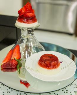 Gelatina vermelha com mousse de iogurte