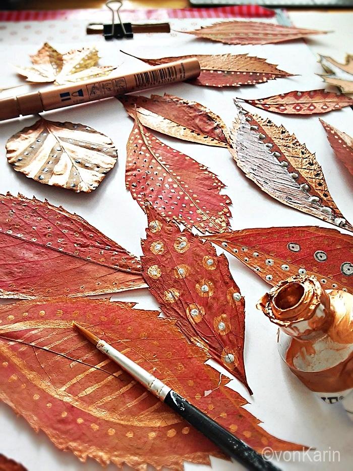 Bunte Herbstblätter gepresst und mit Edding bemalt