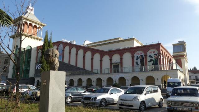 Kino und Einkaufscenter im Zentrum von Kutaissi, Georgien