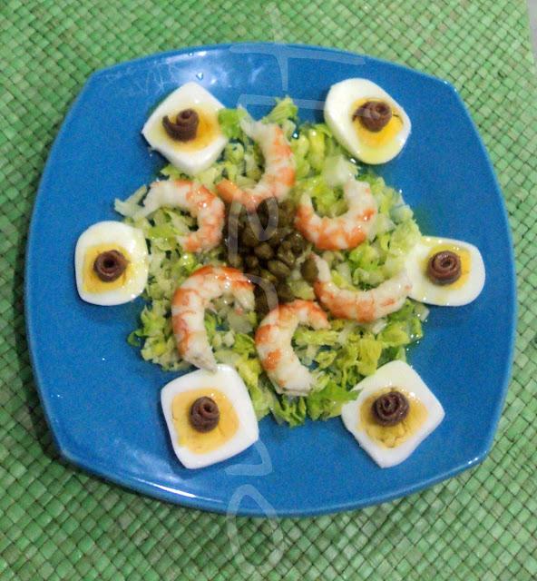 Ensalada con langostinos, lechuga y huevos cocidos cuadrados
