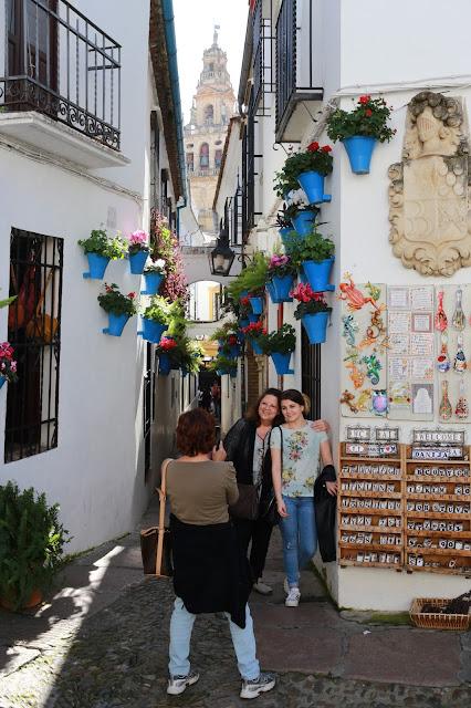 Turistas fotografiándose con la calleja de las flores
