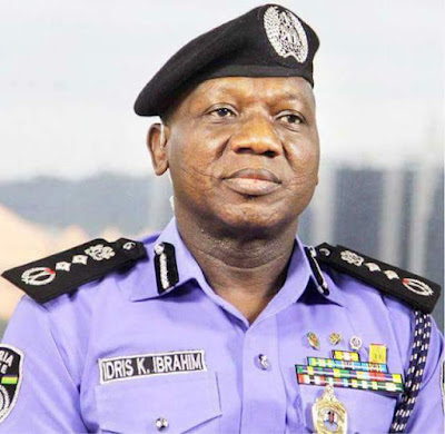 Police officers struggle to disarm NSCDC official in Akwa Ibom