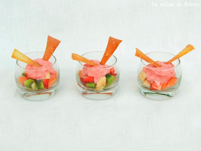 Ensalada de frutas con helado exprés y crujiente de piñones