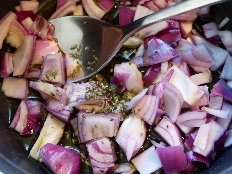 Faites ramollir l'oignon haché avec de l'huile d'olive et du romarin.