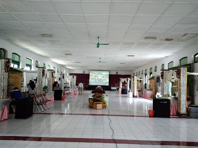 Proyektor diletakkan di prasmanan, pernikahan di gedung serbaguna Rindam Magelang.  Arjuna dan Maria's wedding