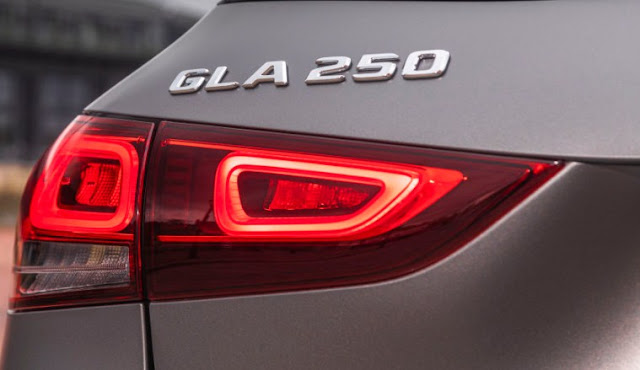 mercedes-benz-gla-250-emblem-taillights