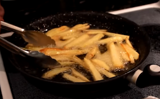 Fritar las papas en aceite caliente Salchipapas