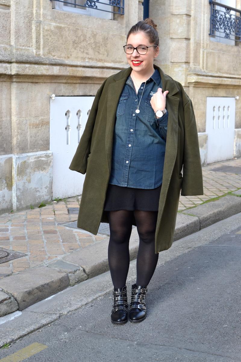 manteau kaki sheinside, chemise en jean von Dutch, jupe noir H&M, bottines like Givenchy de chez Clarosa, collier l'atelier d'amaya